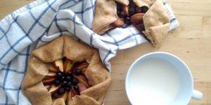 Пирог с персиками и голубикой