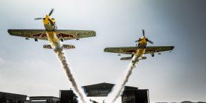 Два самолета синхронно пролетели сквозь ангар