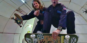 Про-скейтеры Тони Хоук и Аарон «Челюсти» Хомоки делают трюки в невесомости
