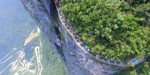 Стеклянная дорожка на высоте 1430 метров в Китае