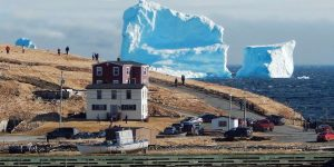 Гигантский айсберг у берегов канадской деревни