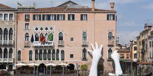 Руки, придерживающие здание в Венеции от Лоренцо Куинн