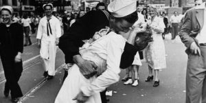 10 самых знаменитых фотографий поцелуев